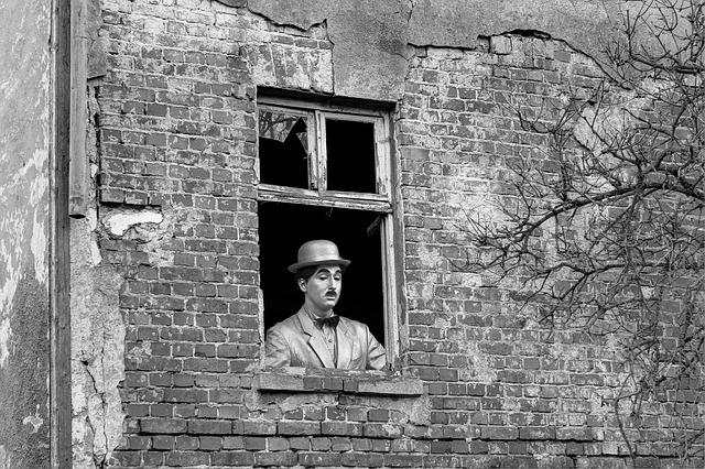 Charlie Chaplin v okně