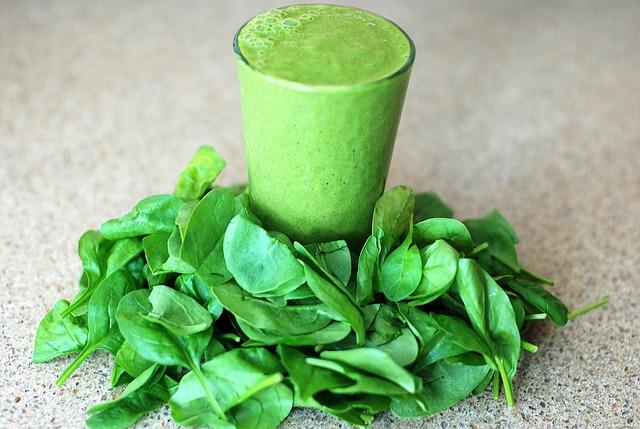 zelené smoothie a listy