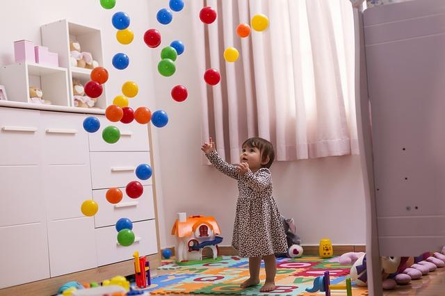 Hrající si dítě.jpg