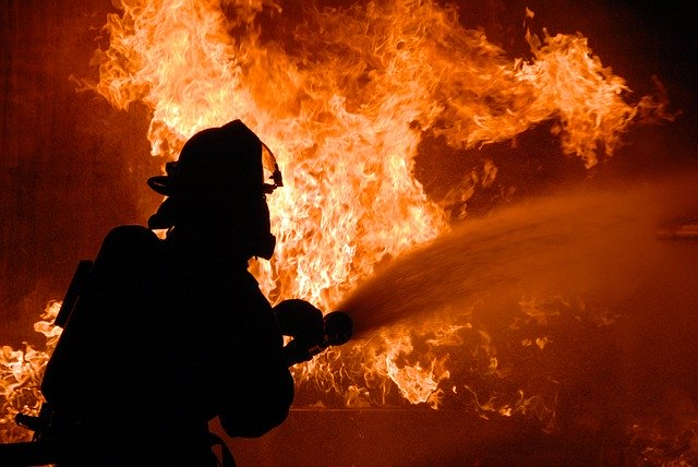 hasič zasahující u požáru