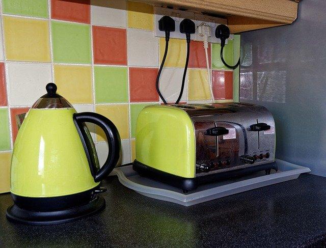 varná konvice a topinkovač na kuchyňské lince