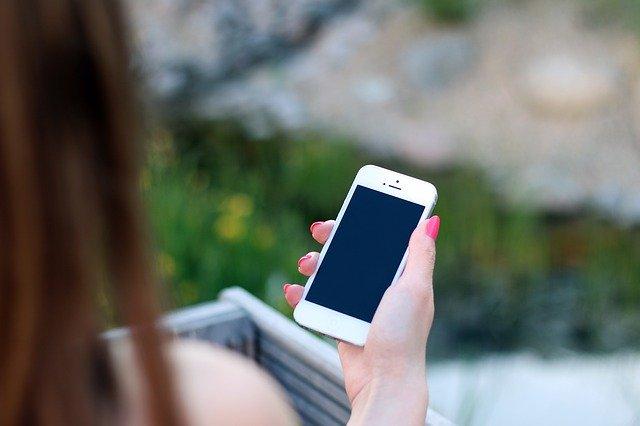 žena s elektronickým zařízením v ruce.jpg