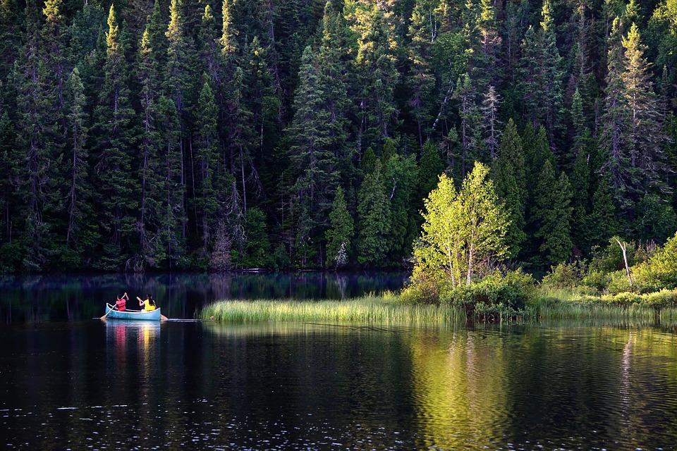 vodáci na jezeře