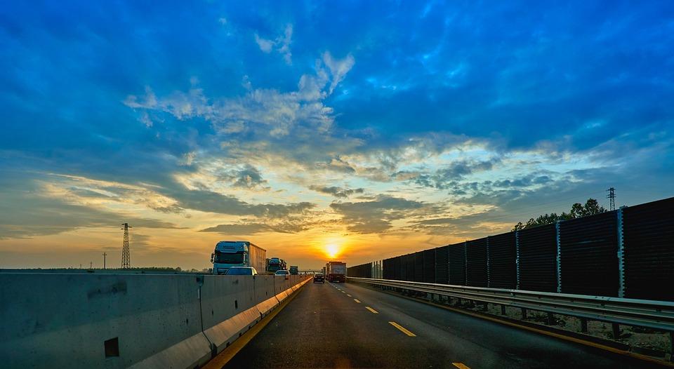 západ slunce na dálnici
